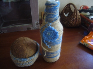 Upcycling: yarn for glass bottle and coconut