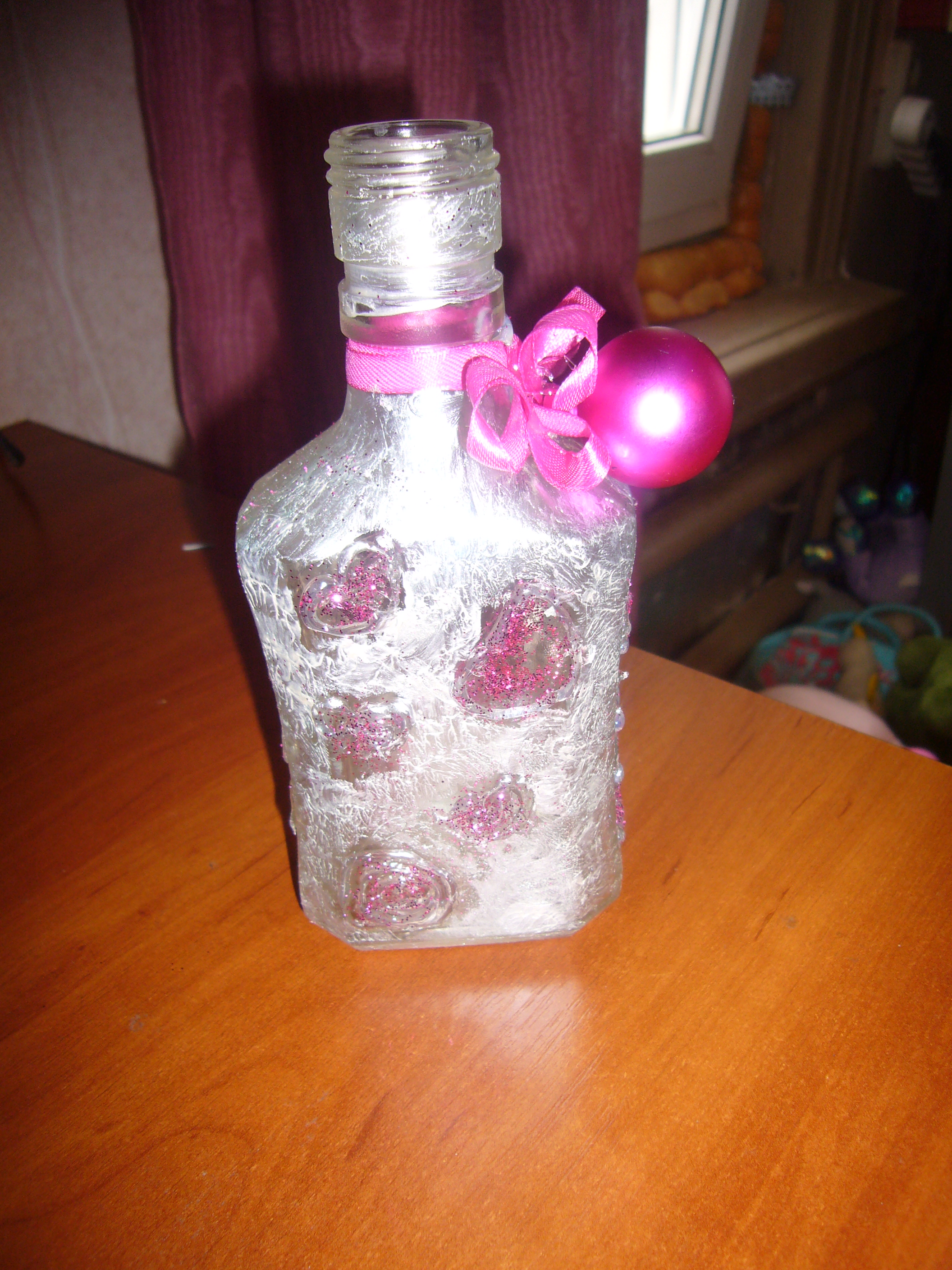 Valentine day crafts decorated glass bottle with hearts for Glass bottle project ideas
